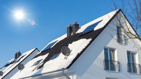 Haus mit Solarzellen auf dem Dach im Winter